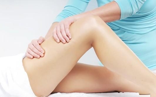 îndepărtați grăsimea superioară a piciorului