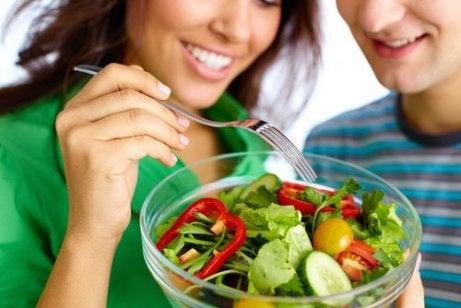 poți să mănânci și să pierzi în greutate