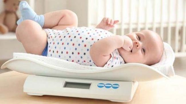 Cât de mult contează greutatea bebelușului și când să îți faci griji